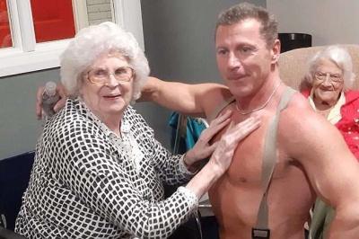 У Британії в будинок престарілих запросили стриптизера для 89-річної бабусі