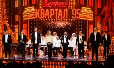 """Зеленський прийшов на виступ """"Кварталу"""", де йому заспівали пісню про відсутність посадок"""