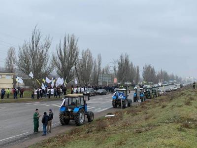 У десяти областях України аграрії перекрили дороги: протестують проти продажу землі