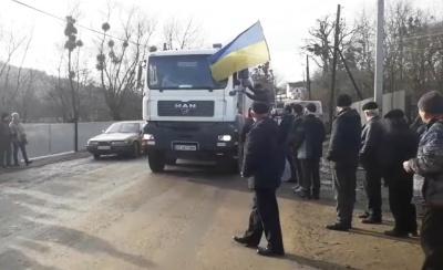 Жителі Чорнівки перекрили рух транспорту до сміттєзвалища, бо Чернівецька міськрада їх ігнорує