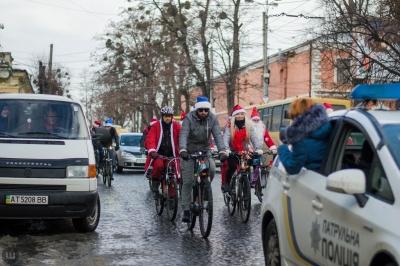 У Чернівцях велосипедисти у костюмах Санти проїдуться містом