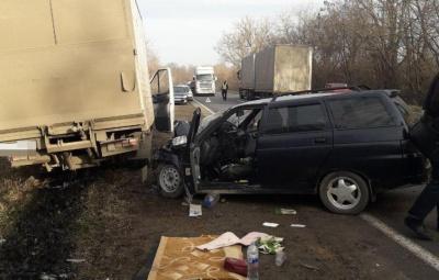 На трасі біля Хотина вантажівка врізалась у легковик, є постраждалі – фото