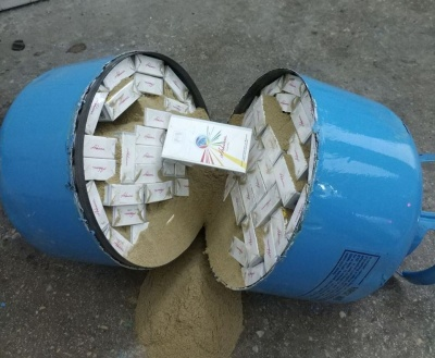 На Буковині затримали молодика, який заховав 1000 пачок сигарет у балонах з холодоагентом