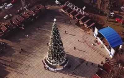 Як виглядає новорічна ялинка Чернівців з висоти пташиного польоту: вражаюче відео