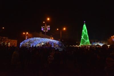 Як відкривали новорічну ялинку в Чернівцях - фото