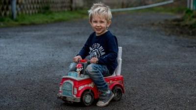 У Британії маленький хлопчик виїхав на іграшковому авто на трасу, щоб врятувати батька