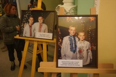 У Чернівцях дітям загиблих воїнів вручили відзнаки «Батьківське серце» – фото
