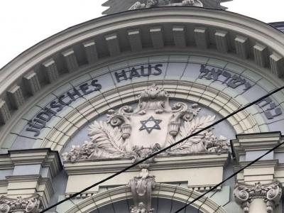 На фасаді Центрального палацу культури Чернівців відновили історичний напис на івриті – фото