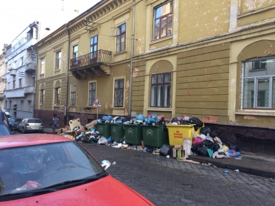 Чернівці п'ятий день потопають у смітті: контейнери з відходами переповнені – фото