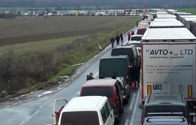На західному кордоні України авто стоять у кілометрових чергах