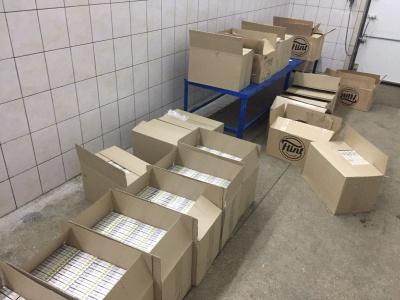 На Буковині контрабандист заховав цигарки у коробках з-під сухариків – фото
