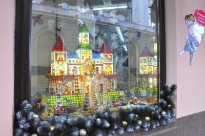 Різдвяні вінки та персонажі казок: як у Чернівцях прикрасили вітрини до Нового року
