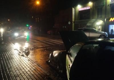 На Буковині водій «євробляхи» не впорався з керуванням і врізався у припарковане авто - фото