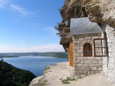 Невідома Буковина: унікальний монастир, розташований у скелі над Дністром