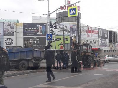 У Чернівцях комунальники розрили ділянку дороги на проспекті Незалежності