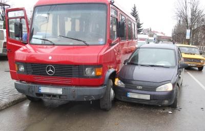 Потрійна ДТП на Буковині: ВАЗ врізався у Volkswagen і зачепив маршрутку - фото