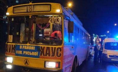 Водій Peugeot врізався у тролейбус в Чернівцях та отримав травму голови – фото