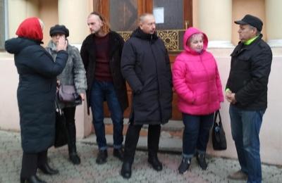 У Чернівцях небайдужі зібрались у суді, вимагаючи недопущення звільнення «беркутівців»