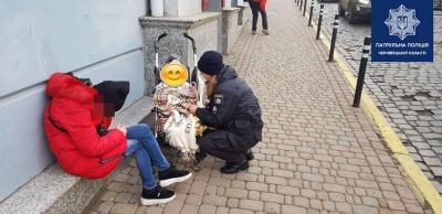 П'яна мама спала на тротуарі: 2-річна дитина в центрі Чернівців залишилась без нагляду