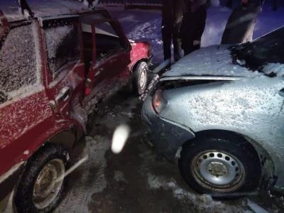 Перші жертви снігопаду: на Буковині зіткнулись легковики, двоє постраждалих