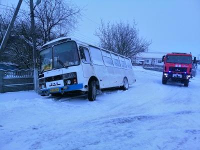 Снігова негода: на Буковині рейсовий автобус на ожеледиці з'їхав у кювет – фото