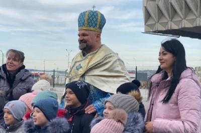 Василь Вірастюк в образі Святого Миколая роздавав подарунки на «Порубному» – відео