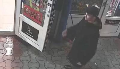 У Чернівцях обікрали магазин: власники просять допомогти впізнати злодіїв
