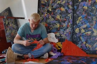 Художник із Чернівців робить неймовірні картини зі сміття - відео