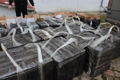 Цигарки на мільйон: на Буковині виявили бус, забитий ящиками з контрабандою