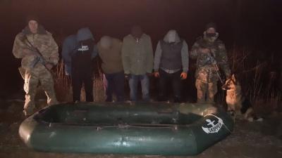 На Буковині затримали групу молодиків, які намагались переплисти кордон на гумовому човні