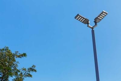 Біля адмінбудівлі у Чернівцях встановили нове вуличне освітлення