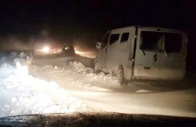 Снігові замети у Чунькові: в Чернівецькій ОДА розповіли, як визволяють автомобілі