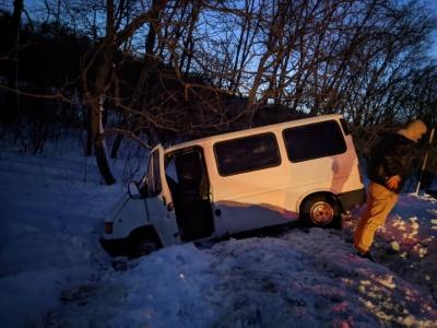 Негода на Буковині: через слизьку дорогу мікроавтобус злетів у кювет