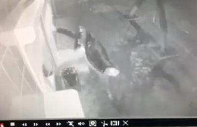 У Чернівцях невідомий трощив жалюзі дверей магазину: жителів просять допомогти знайти його