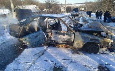 Потрійна ДТП на Буковині: внаслідок зіткнення вщент згорів легковик