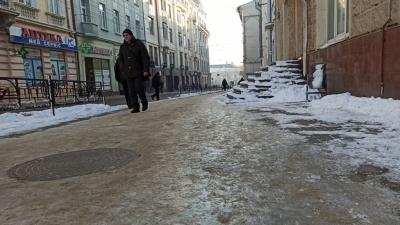 Тротуари й проїзди у Чернівцях перетворились на суцільну ковзанку – фото