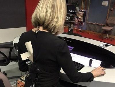 Врятували скотчем: сукня ведучої новин луснула за хвилину до ефіру