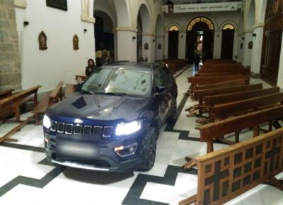 В Іспанії чоловік на авто заїхав у церкву, рятуючись від диявола - відео