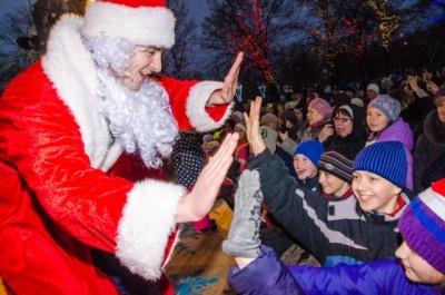 Податківці Чернівців нагадали, які податки мають сплатити Діди Морози та Снігуроньки