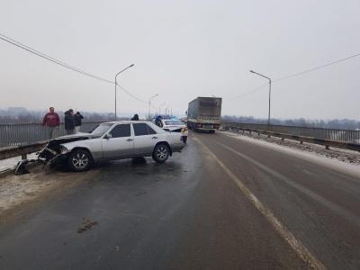 Жертви ожеледиці: на об'їзній Чернівців сталися дві ДТП, є постраждалі