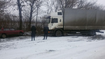 Гололедица на Буковине: две машины застряли в кювете - фото