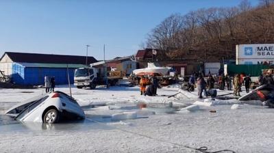 Більше трьох десятків машин провалились під кригу - відео