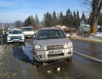 На Буковині позашляховик під час обгону зачепив ВАЗ і дерево