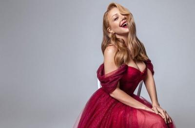Тіна Кароль викликала фурор ефектною сукнею з екстремальним декольте