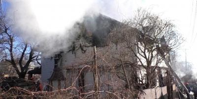 Згоріло пів будинку і гараж: у ДСНС розповіли деталі пожежі на Калічанці