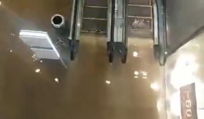 У центрі Києва торговий центр затопило гарячою водою, є постраждалі