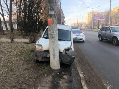 У Чернівцях автівка врізалась у стовп – фото