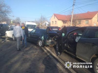 На виїзді з Чернівців - потрійна ДТП: є постраждалі - фото