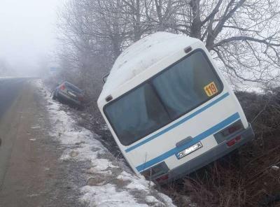 У Чернівцях маршрутка зіткнулася з легковиком: обидва авто злетіли в кювет