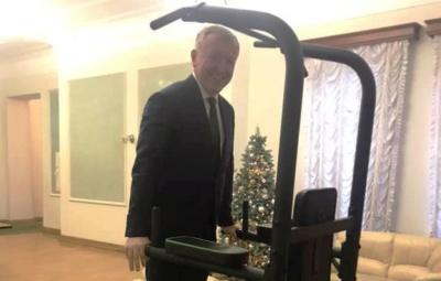 Осачук показав, як віджимався на тренажері у Зеленського – фото